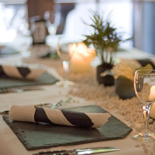 Feierlich gedeckter Tisch bei einer Hochzeitsfeier im Eulenfang Jägerhof