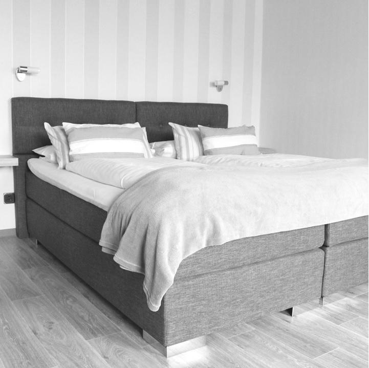 Doppelbett in Doppelzimmer des Hotels Jägerhof in Maar